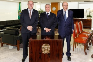 Ilan Goldfajn, President of the Central Bank; Interim President, Michel Temer and Finance Minister, Henrique Meirelles (left to right), June 9, 2016. 3) Photocredit: Beto Barato/PR.